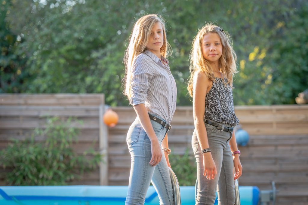 Photo de 2 soeurs blondes à l'extérieur à leur domicile. Photo Studio Polidori