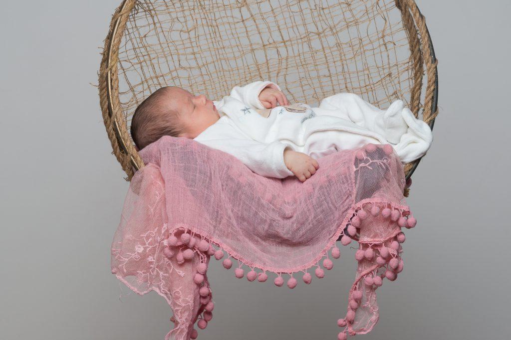 Bébé endormi, dans balançoire flottante dans les airs. Photo Studio Polidori
