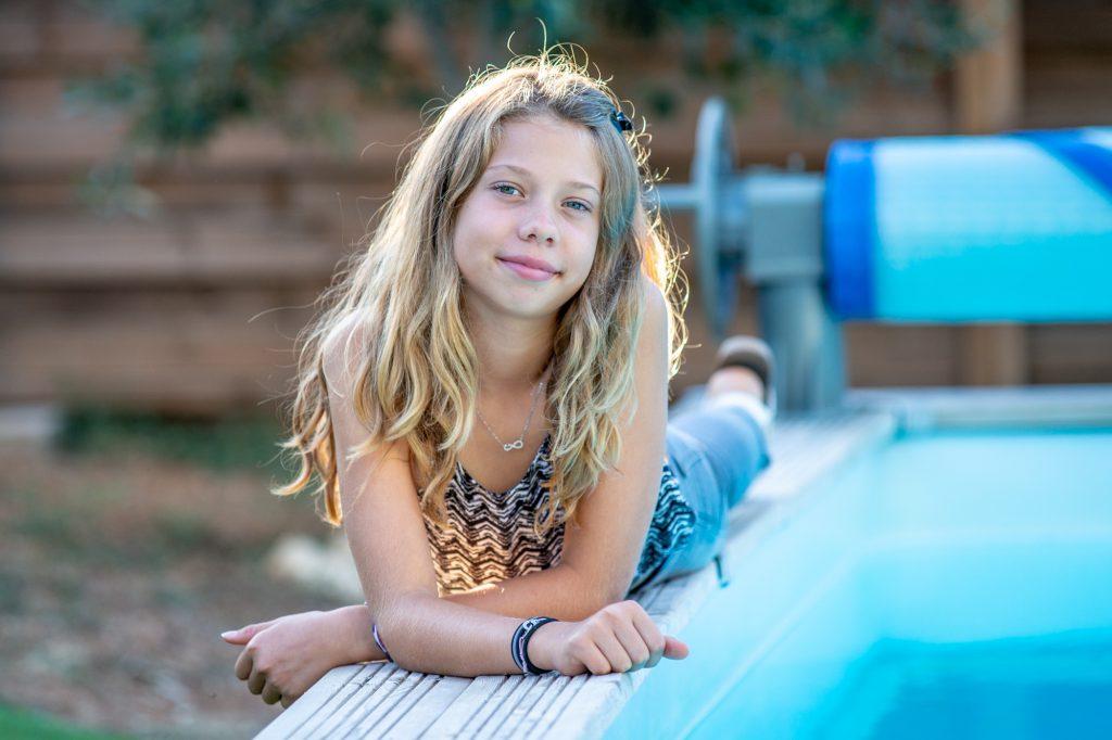 Jeune fille allongée au bord de la piscine. Photo Studio Polidori
