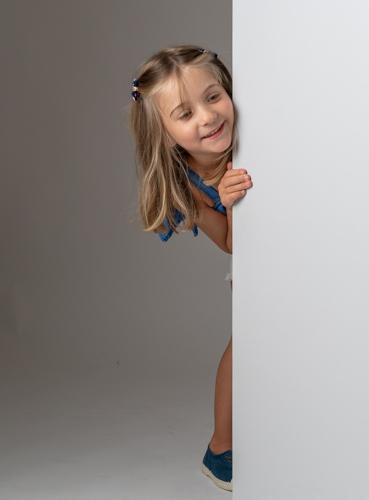Portrait d'une enfant jouant pendant une éance photo. Photo Studio Polidori