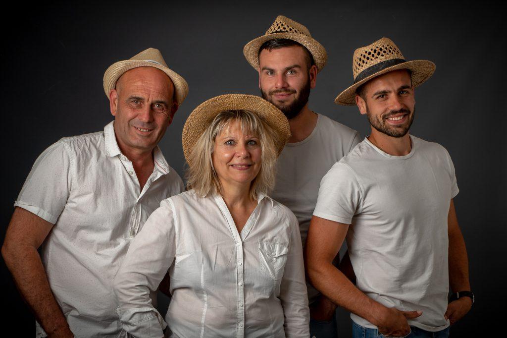 Les parents et leurs 2 fils, chapeautés au studio. Photo Studio Polidori