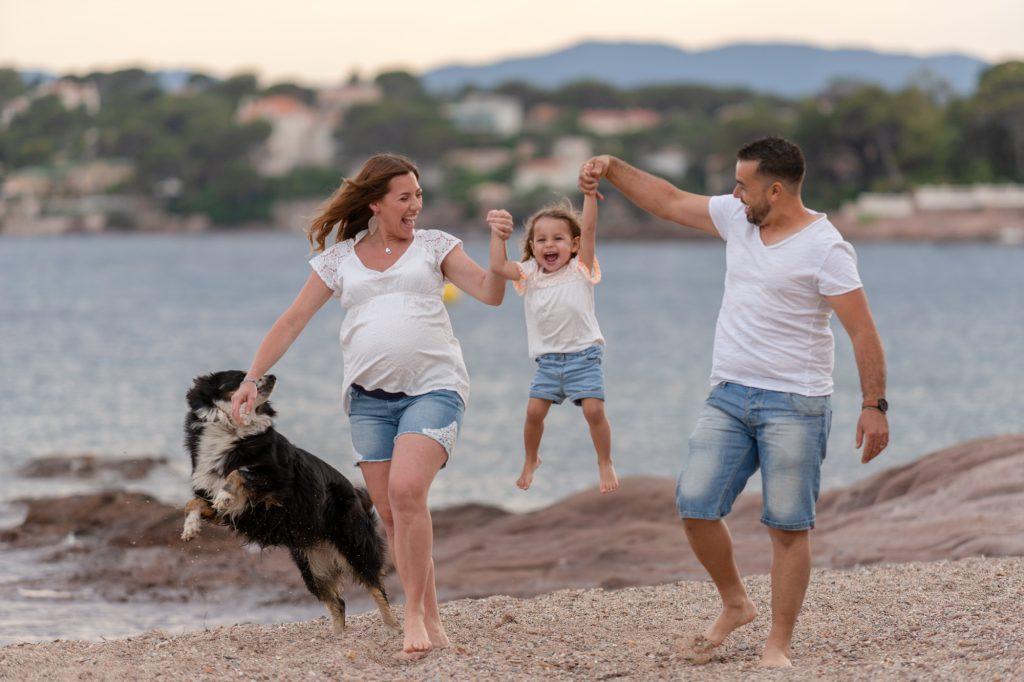 Maman, papa et la fille joue à la plage. Photo Studio Polidori