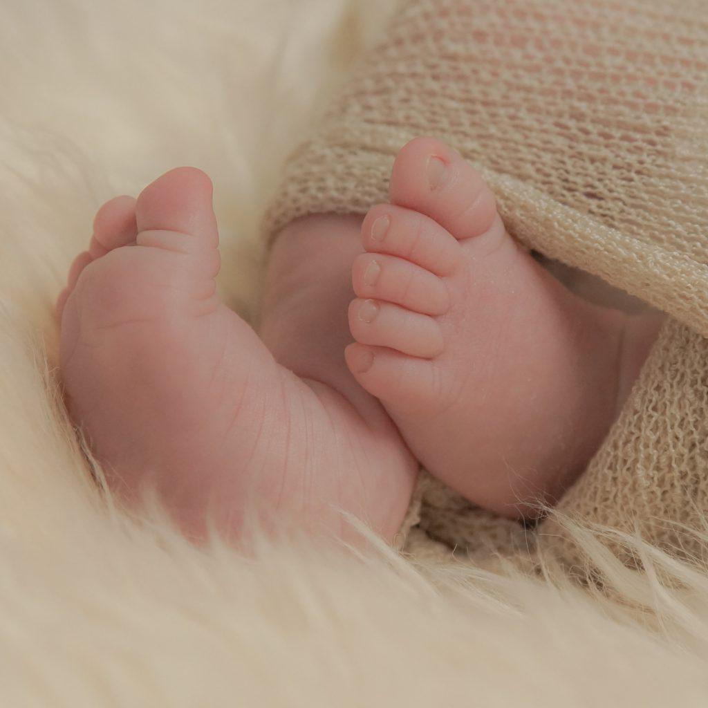 Les pieds d'un bébé en gros plan. Photo Studio Polidori