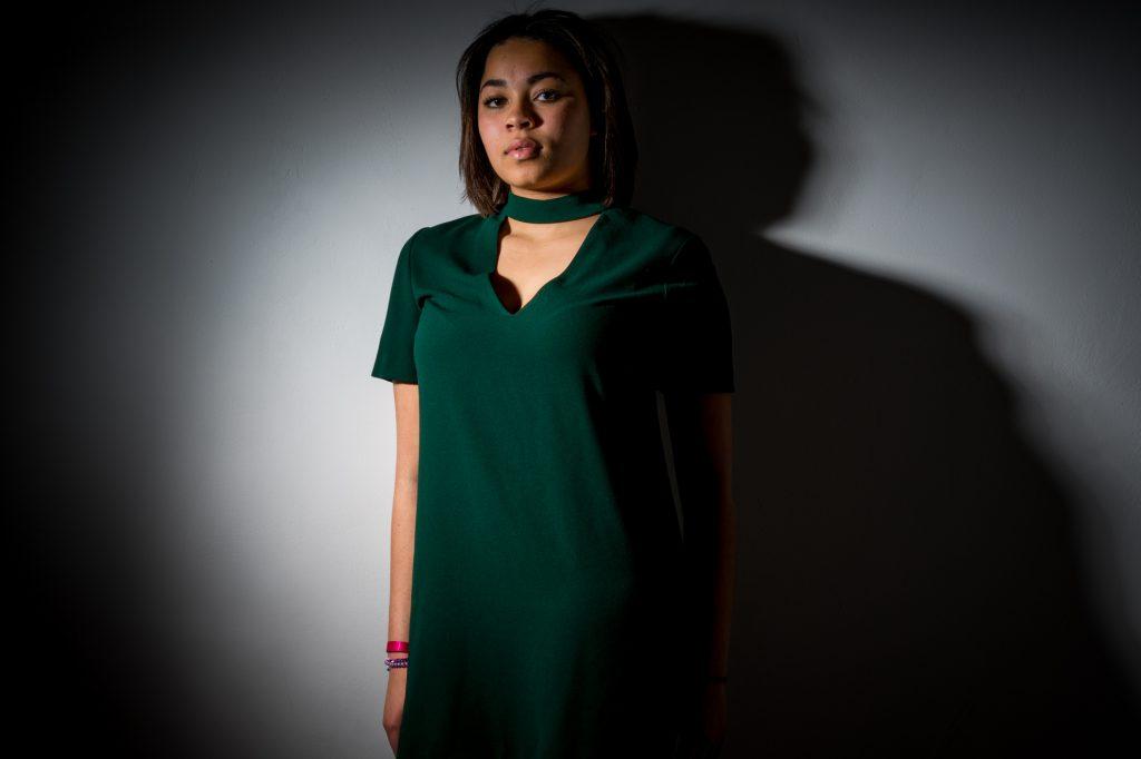 Une jeune femme adossée, lumière réverbère. Photo Studio Polidori