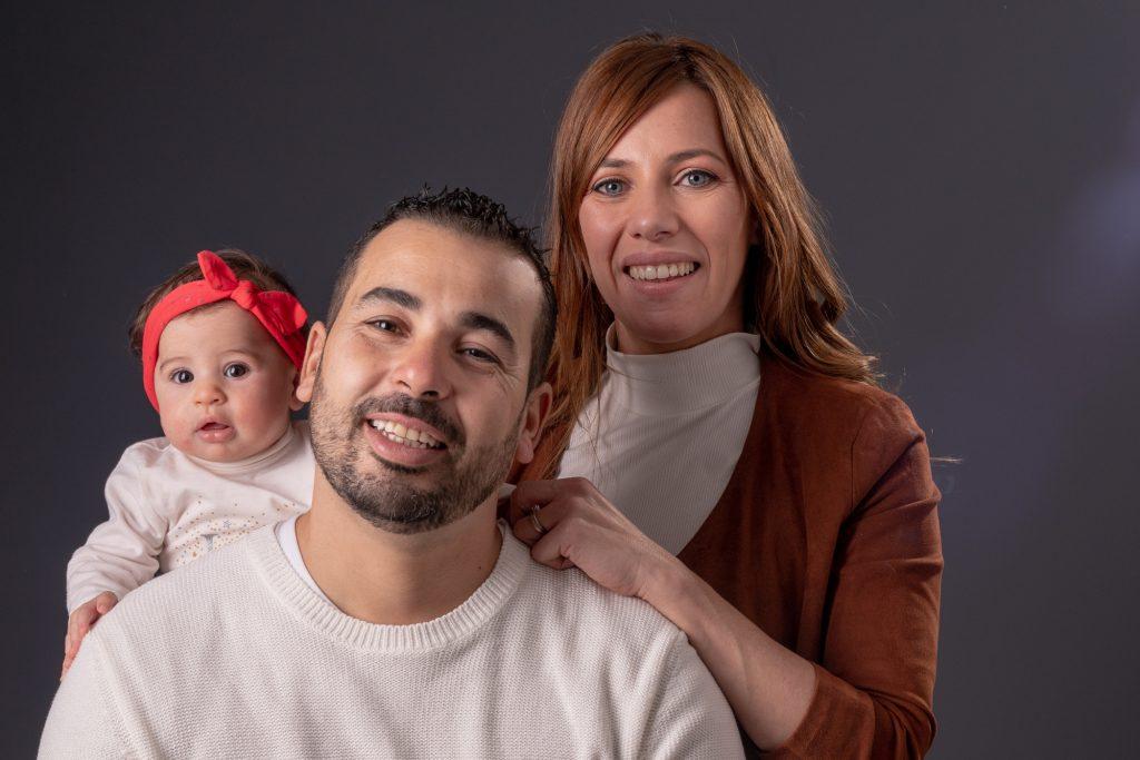 Séance au studio pour un portrait classique maman, papa et bébé. Photo Studio Polidori