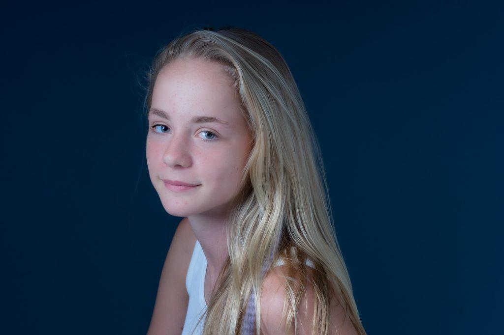 Portrait au studio d'une jeune adolescente. Photo Studio Polidori