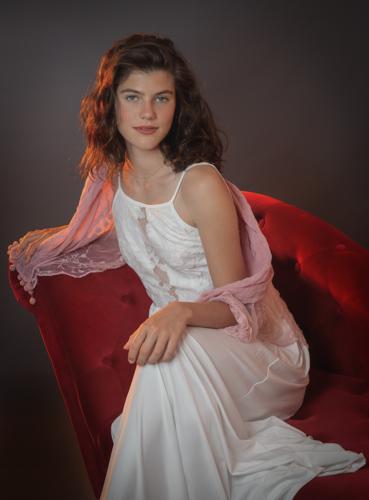 Photo romantique d'une jeune femme assise. Photo Studio Polidori