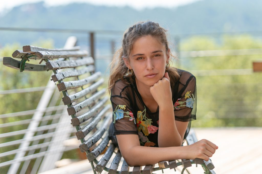 Jeune fille allongée sur un banc. Photo Studio Polidori