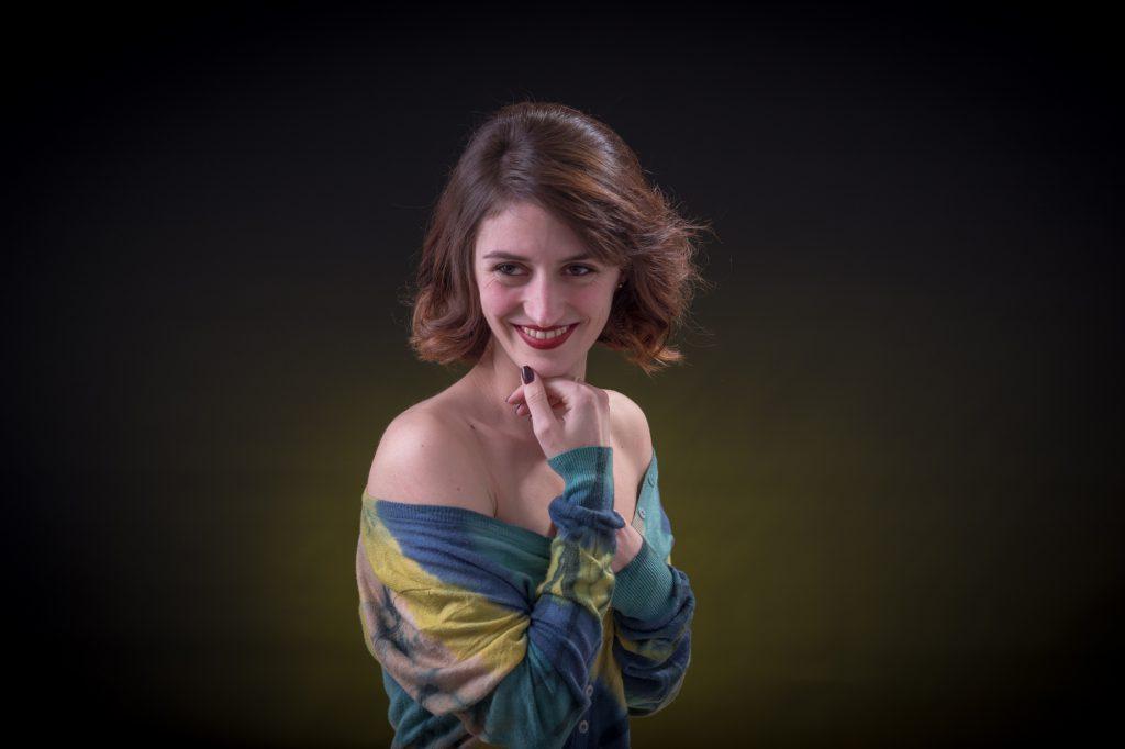 Portrait d'une jeune femme, épaule dénudée. Ton sur ton vert. Photo Studio Polidori