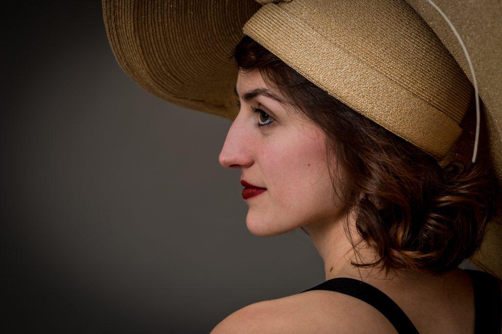 Une jeune femme avec chapeau de paille, photo de profil. Photo Studio Polidori