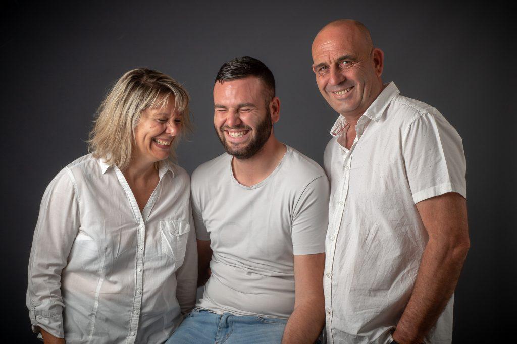 Au studio, la maman et son fils éclate de rire, papa reste stoïque. Photo Studio Polidori
