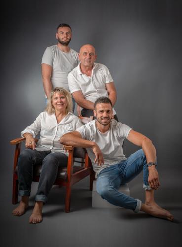 Photo d'une maman et ses 3 hommes (papa et 2 garçons), réalisée au flash en studio. Photo Studio Polidori