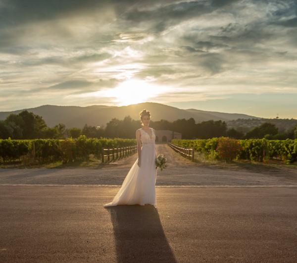 Une mariée dans les vignes au domaine viticole de Château Vaudois à Roquebrune sur Argens dans le Var. Photo Studio Polidori