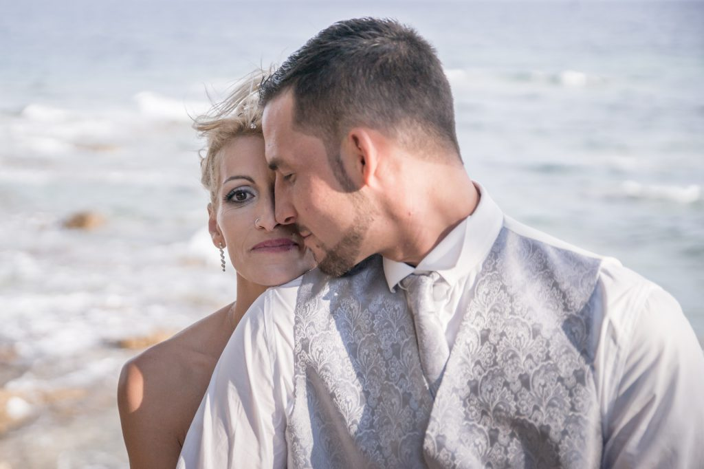 Aux Issambres, bord de mer, un couple de jeunes mariés. Photo Studio Polidori