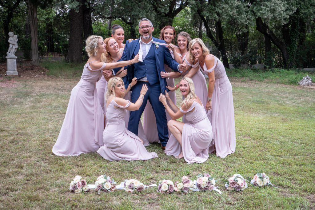 Marié pris à parti par les demoiselles d'honneur, cravate défaite. Au domaine de la Fouverie à Lorgues. Photo Studio Polidori