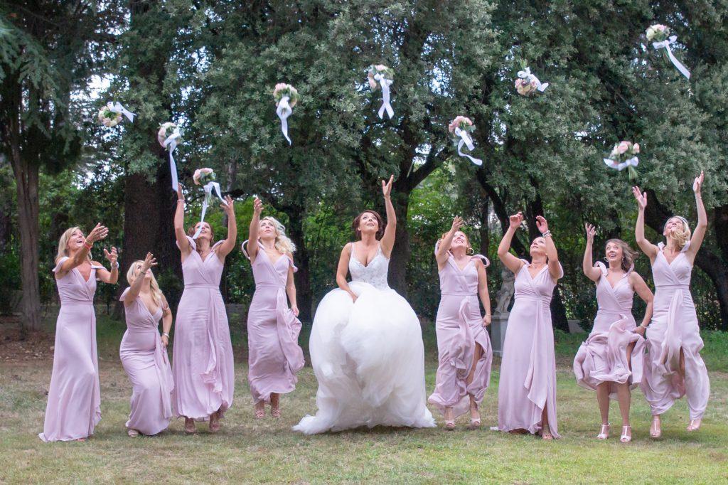 La mariée et ses demoiselles d'honneur jetant en l'air leur bouquet. Au Domaine de la Fouverie à Lorgues. Photo Studio Polidori