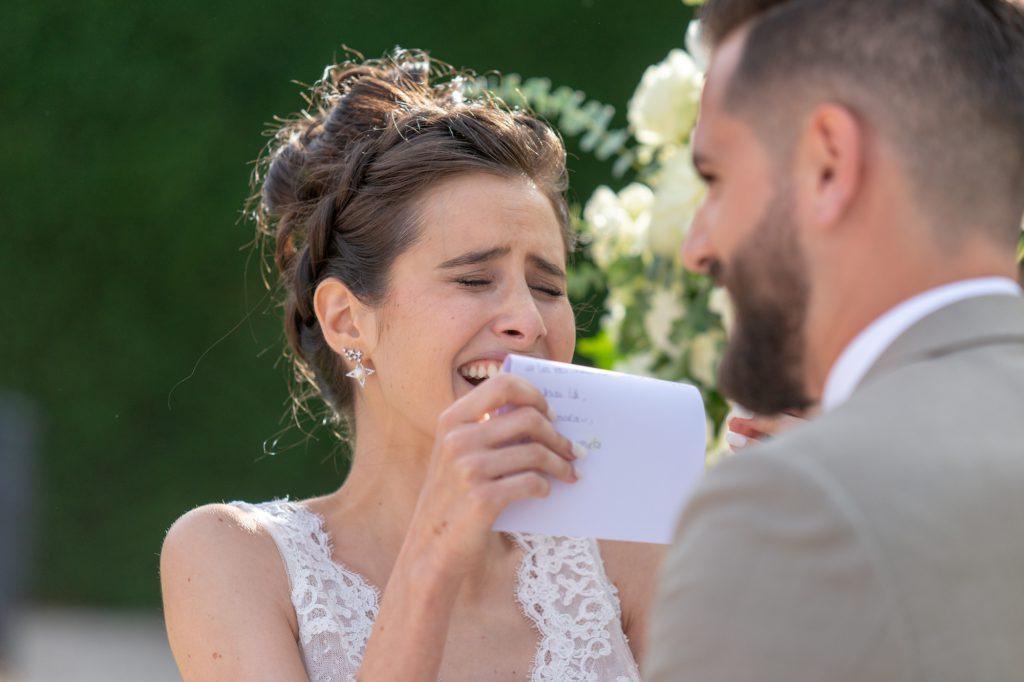La mariée est émue en lisant le texte du marié. Au Château Vaudois à Roquebrune sur Argens. Photo Studio Polidori