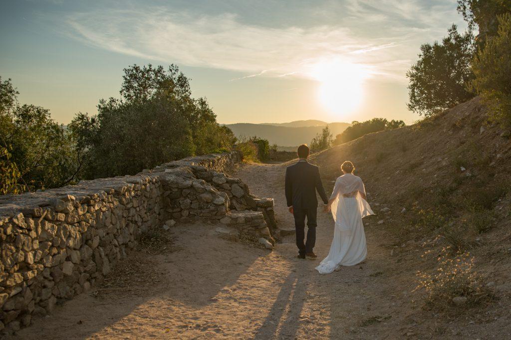Mariés s'éloigant au couché de soleil, château de Grimaud. Photo Studio Polidori