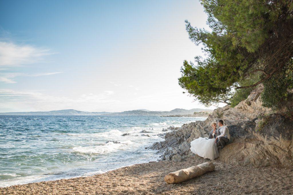 Couple de mariés à la plage, au bord de mer aux Issambres. Photo Studio Polidori