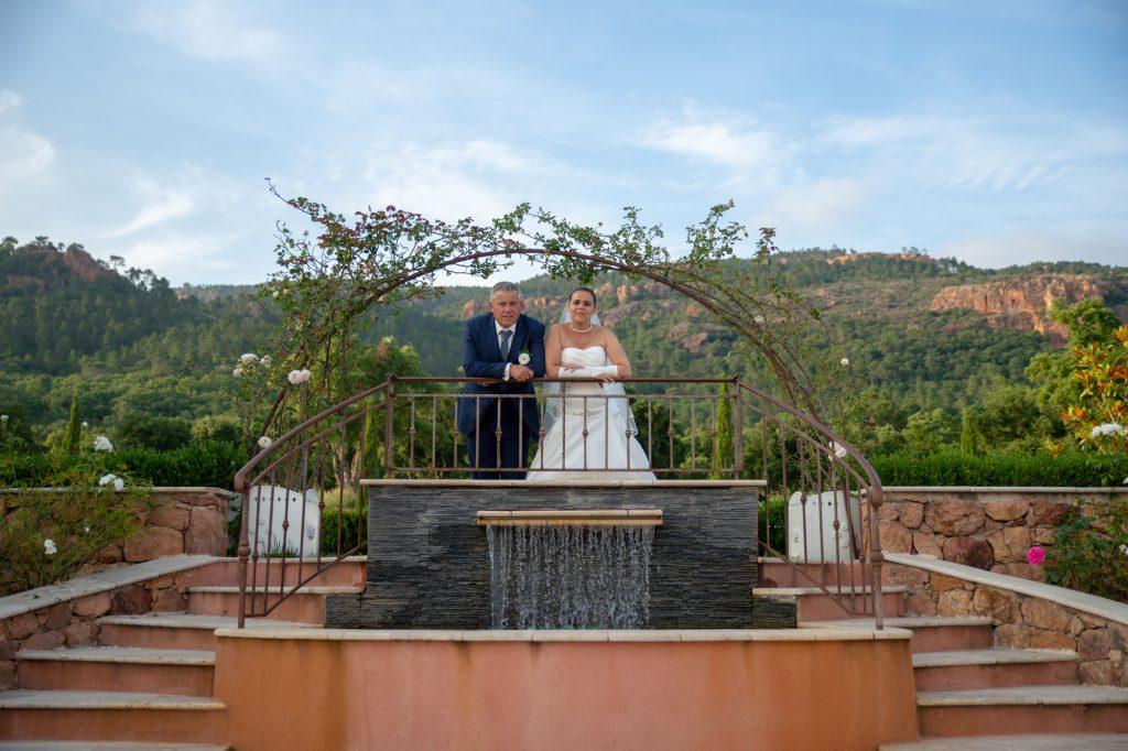 Un couple de mariés au Domaine de la Bouverie, devant le massif de l'Estérel. Photo Studio Polidori