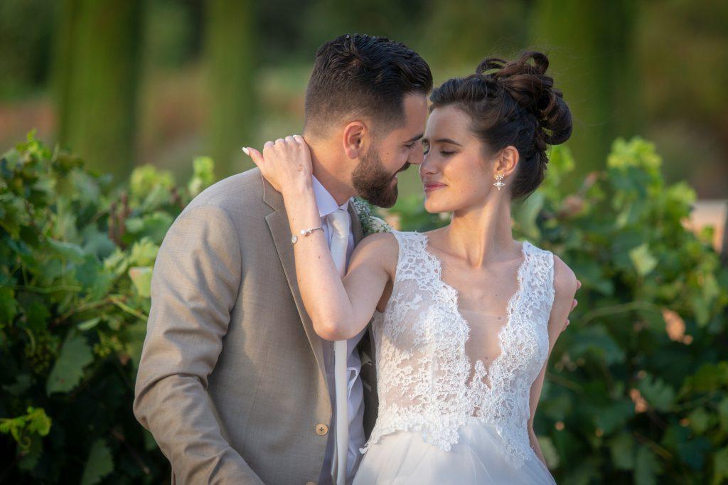 La mariée enlace avec tendresse le marié. Dans les vignes du Château Vaudois à Roquebrune/argens. Photo Studio Polidori