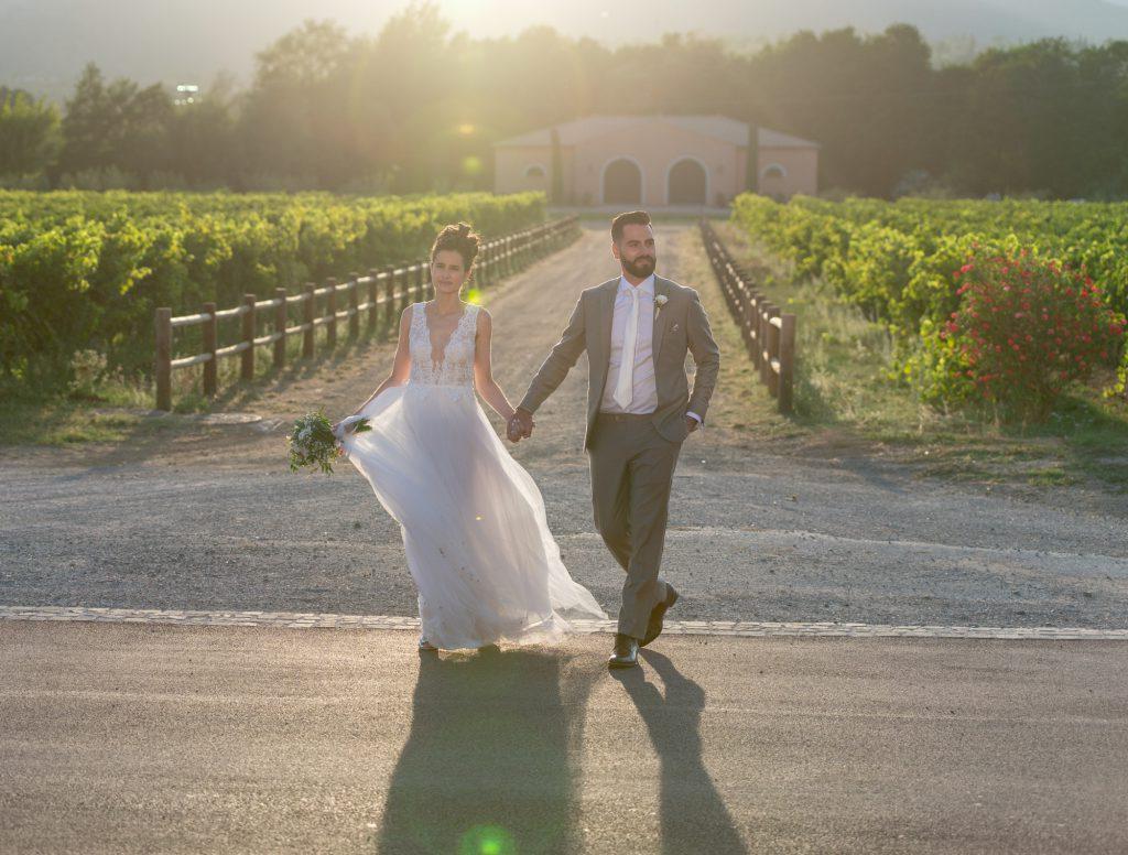 Mariés main dans la main, dans les vignes du Château Vaudois à Roquebrune/Argens. En contre jour soleil couchant. Photo Studio Polidori
