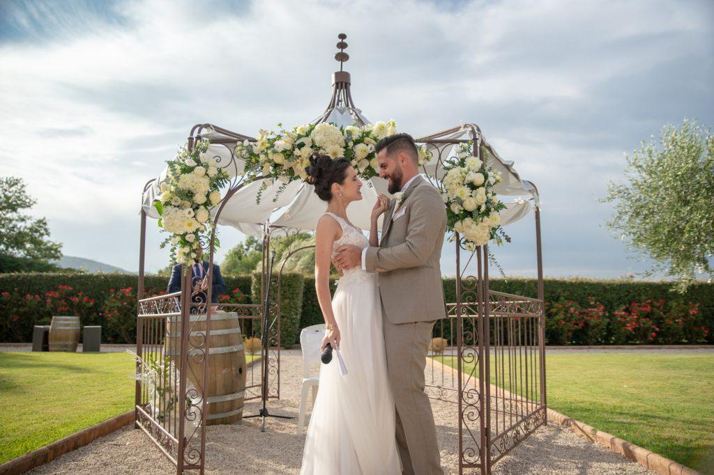 Les mariés s'enlacent et se regardent yeux dans les yeux au Château Vaudois à Roquebrune/Argens. Photo Studio Polidori